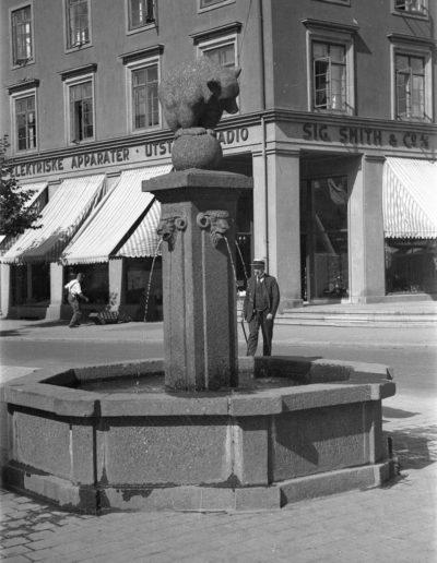 Majorstuhuset 1933, fotograf ukjent. Skulptur utført av Asbjørg Borgfelt, avduket 1926. (Oslo museum, oslobilder.no)
